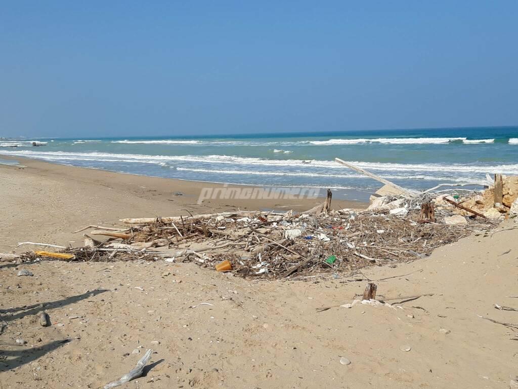 Cala d'or lido Petacciato spiaggia rifiuti