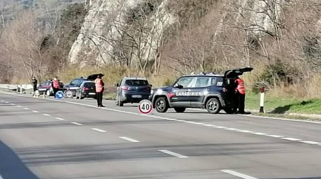 carabinieri strada posto blocco