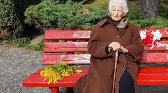 8 marzo donna panchina mimose