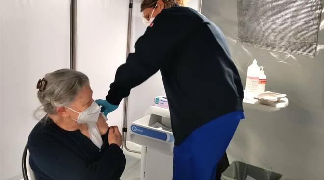 Anziana vaccino San Timoteo Croce Rossa