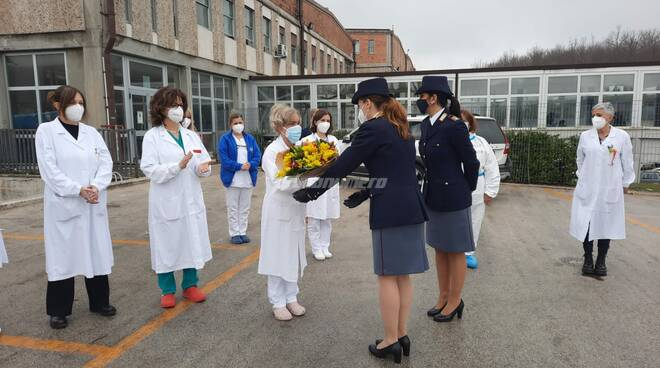 Omaggio Polizia operatrici ospedale Cardarelli Campobasso
