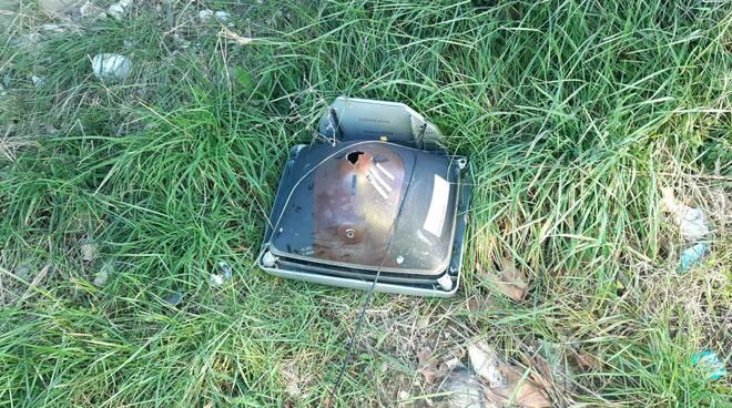 televisore abbandonato rifiuti rieco