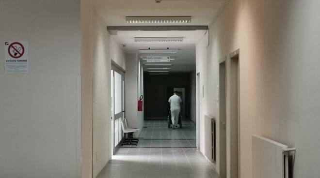 Ospedale Vietri portantino corridoio