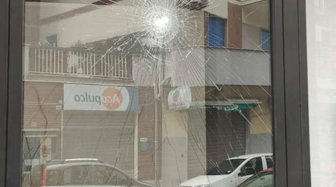 vetrata spaccata sasso agenzia paolucci 21 marzo