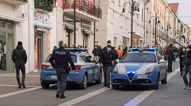Assembramento corso polizia Termoli