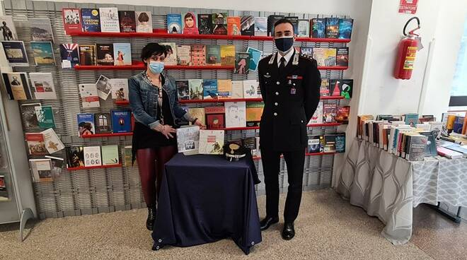 Consegna libri carabinieri alla bibliomediateca