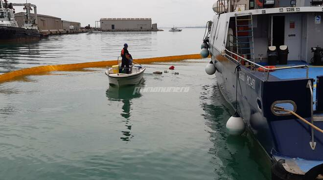 Guidotti dimostrazione anti inquinamento porto