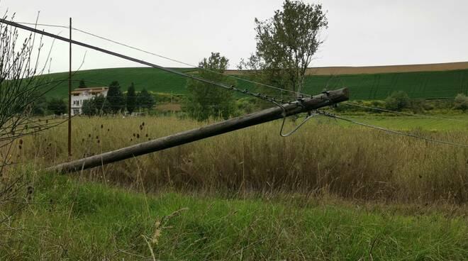 Palo elettrico caduto palo legno pericolo