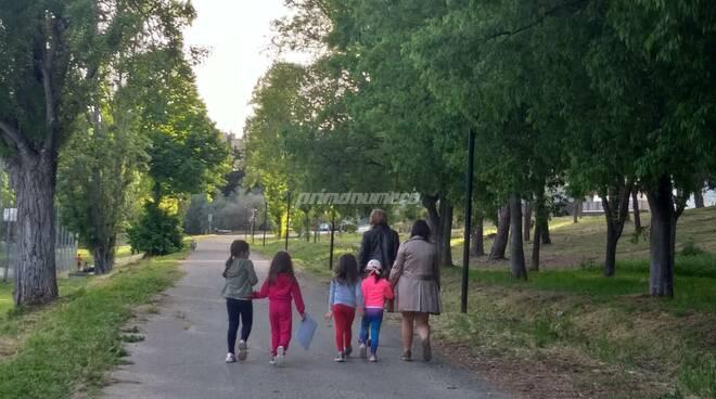 bambini gente svago camminata parco termoli