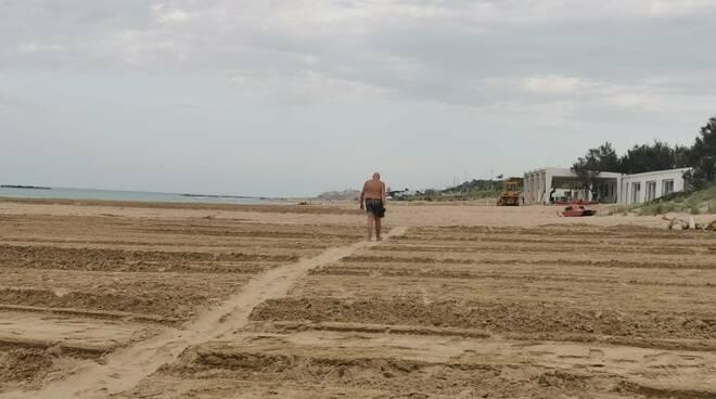 Spiaggia preparativi distanziamento torretta