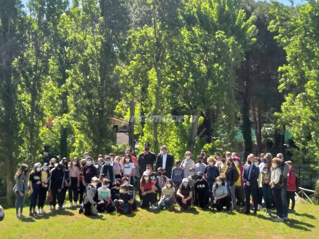 Studenti al parco per piantumare alberi