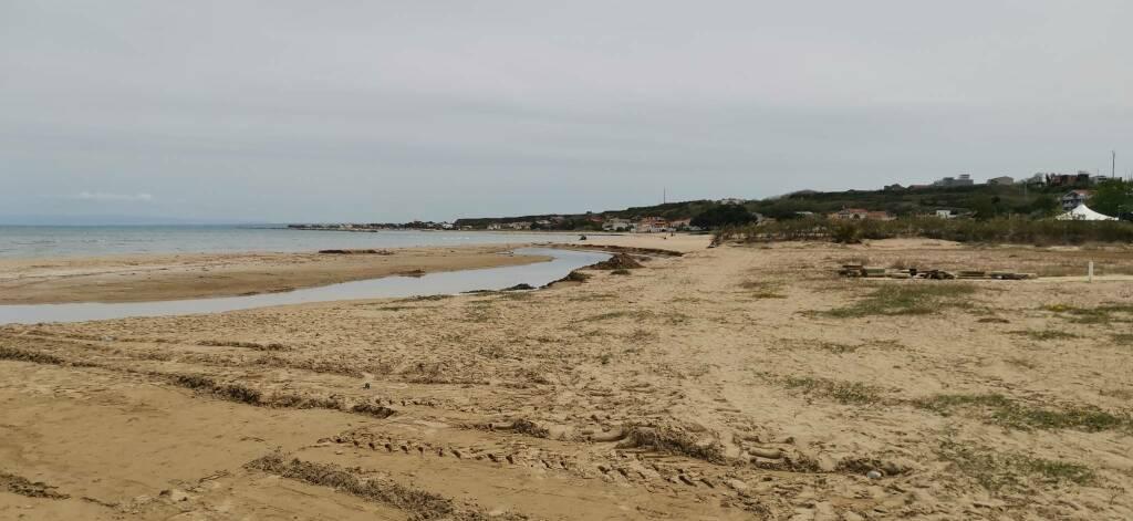 Torrente riovivo lavori sbancamento sabbia ruspa mare termoli