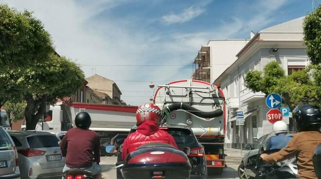Traffico asfalto termoli auto motorini