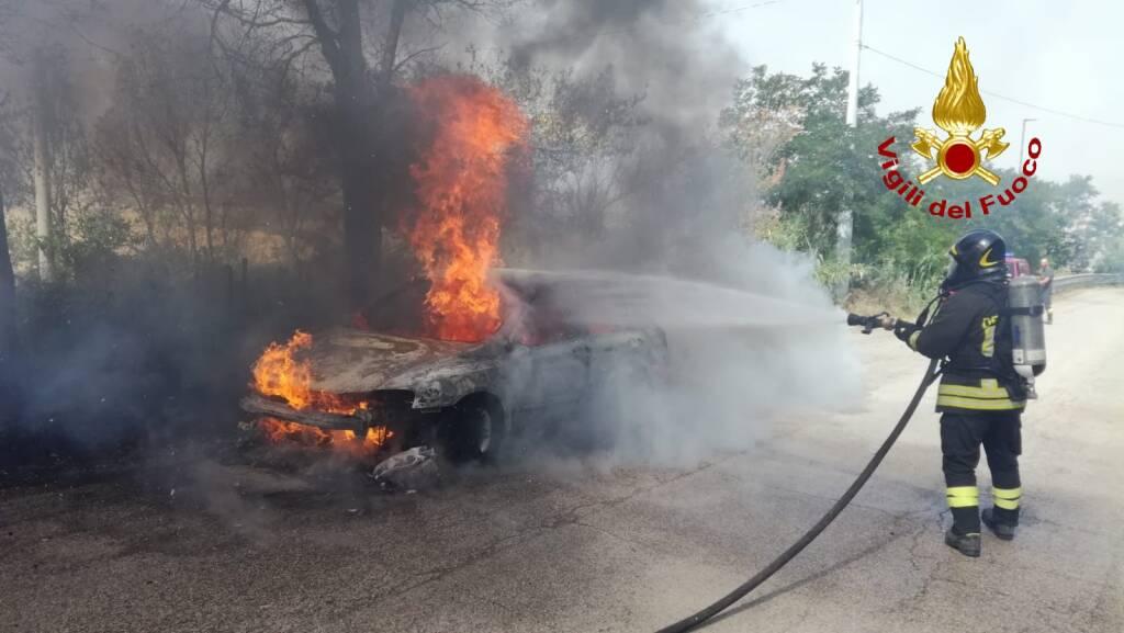 auto in fiamme petacciato
