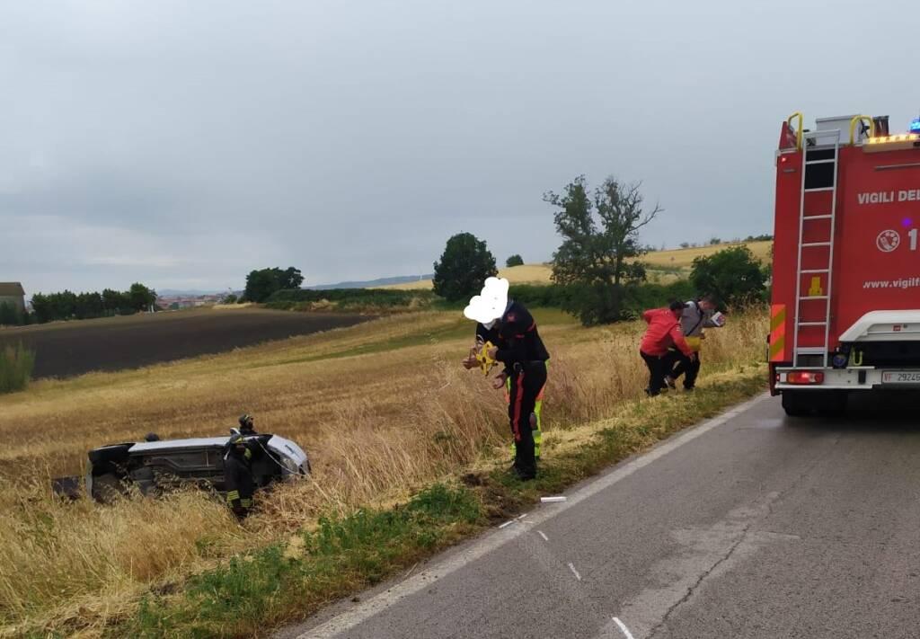 auto ribaltata incidente provinciale 40
