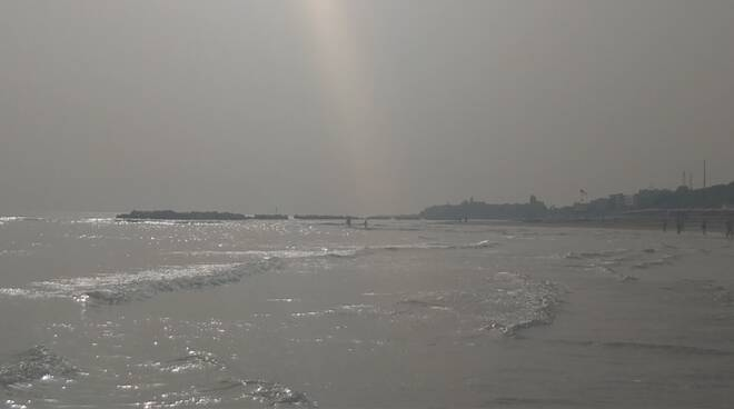cappa afa cielo grigio spiaggia
