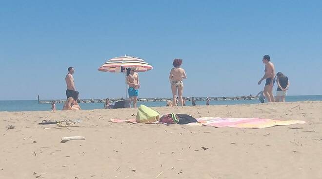 spiaggia libera mare gente relax