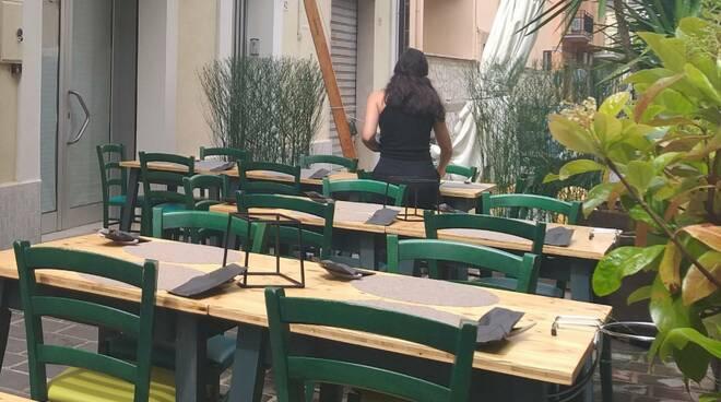 cameriera tavoli ristorante aperto
