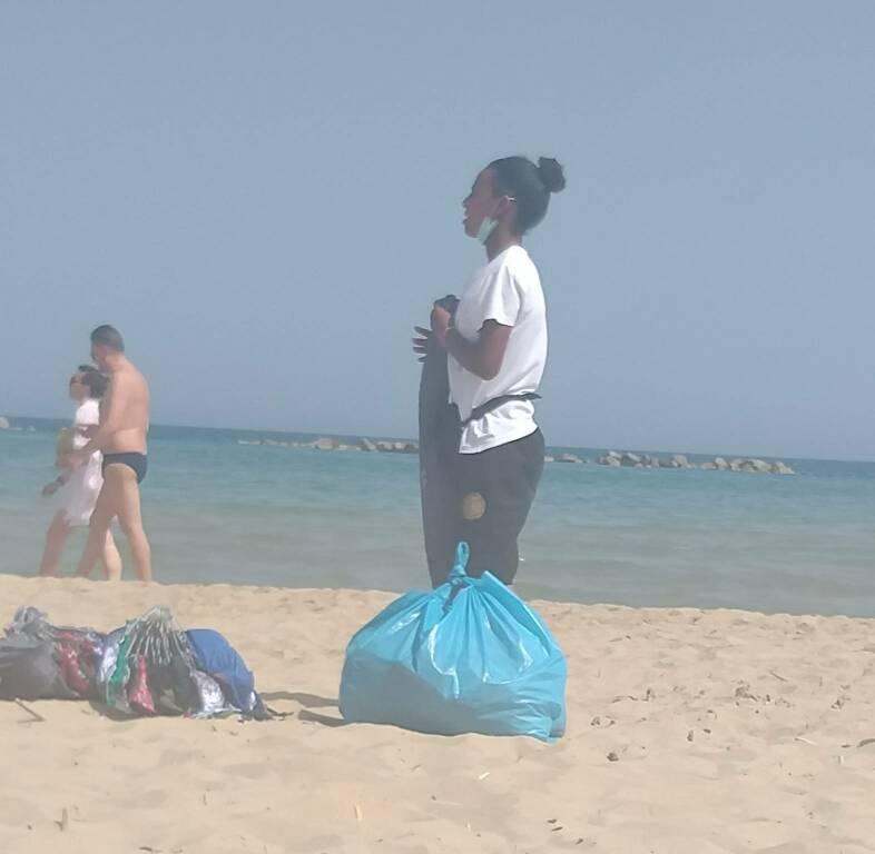 immigrata stranieri invisibili spiaggia venditori ambulanti
