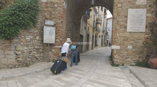 turisti paese vecchio borgo termoli valigie vacanze