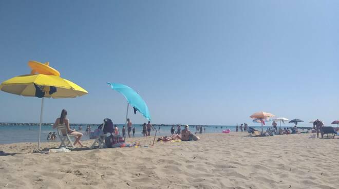 Spiaggia libera ombrelloni gente mare