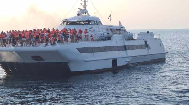 incendio zenit salvataggio rimorchio porto guardia costiera