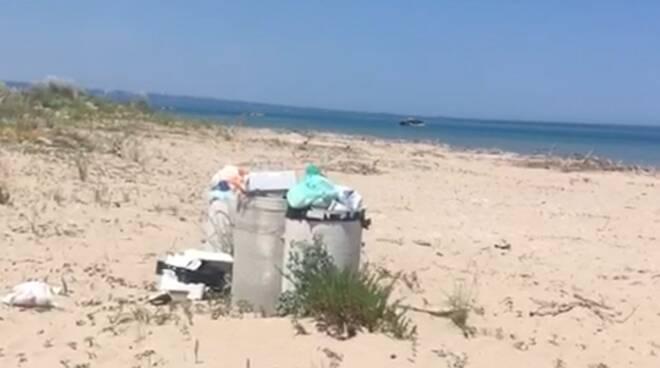 Spiaggia libera Petacciato sporcizia rifiuti