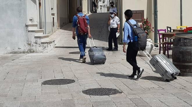 Turisti termoli vacanze valigie borgo gente