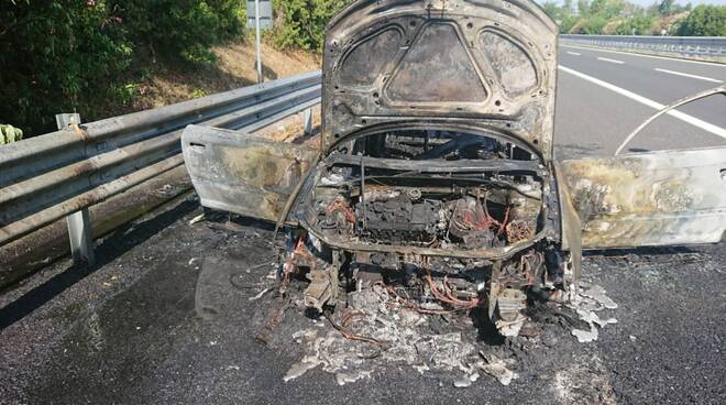 auto a fuoco autostrada