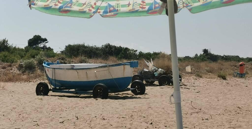 Barca spiaggia libera selvaggia