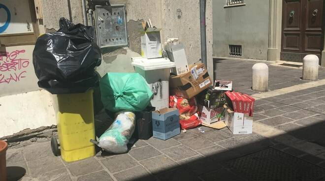 Centro denuncia cittadini sporcizia