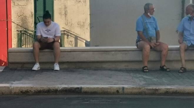 Corso persone gente anziani giovani bagnanti