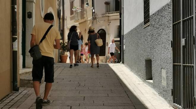gente passeggio turisti paese vecchio borgo via san pietro termoli estate