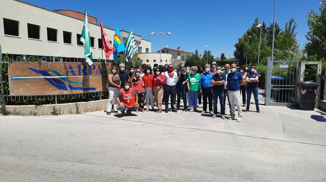 assemblea davanti all'Arpa dei sindacati