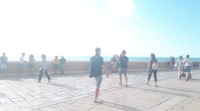 muraglione gente giovani passeggio borgo antico estate