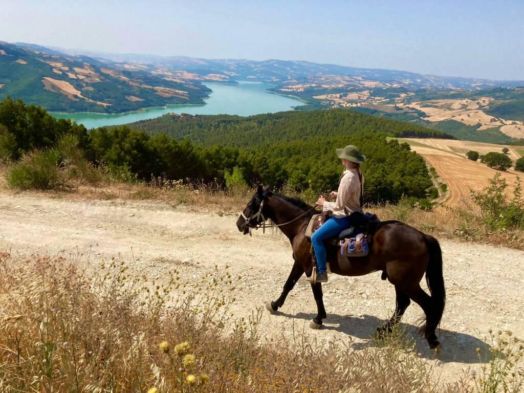 lago di Occhito trekking a cavallo natura turismo