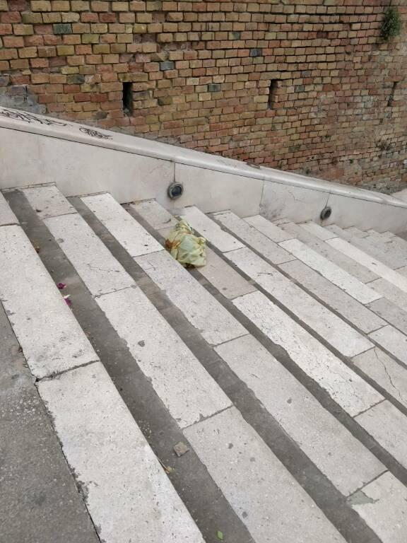 rifiuti abbandoni termoli scalinata folklore