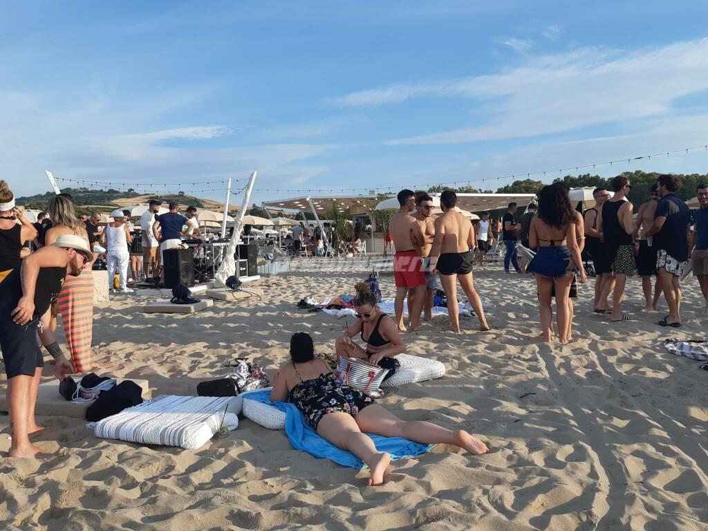 Giovani spiaggia festa alcol divertimento