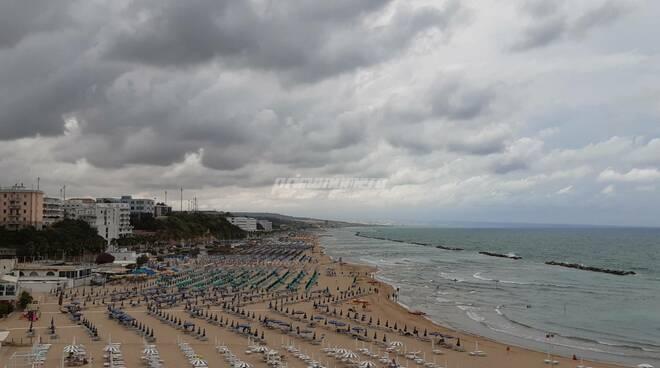 Maltempo nuvole mare spiaggia