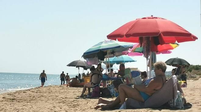 Ombrelloni spiaggia libera