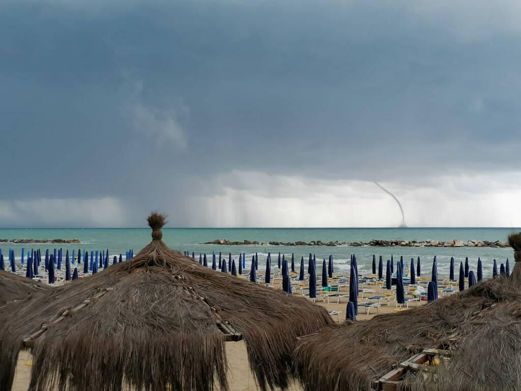 Tromba d'aria vista dalla spiaggia