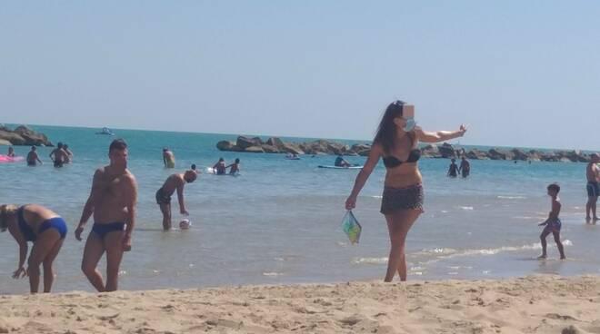 spiaggia mare mascherina bagnanti