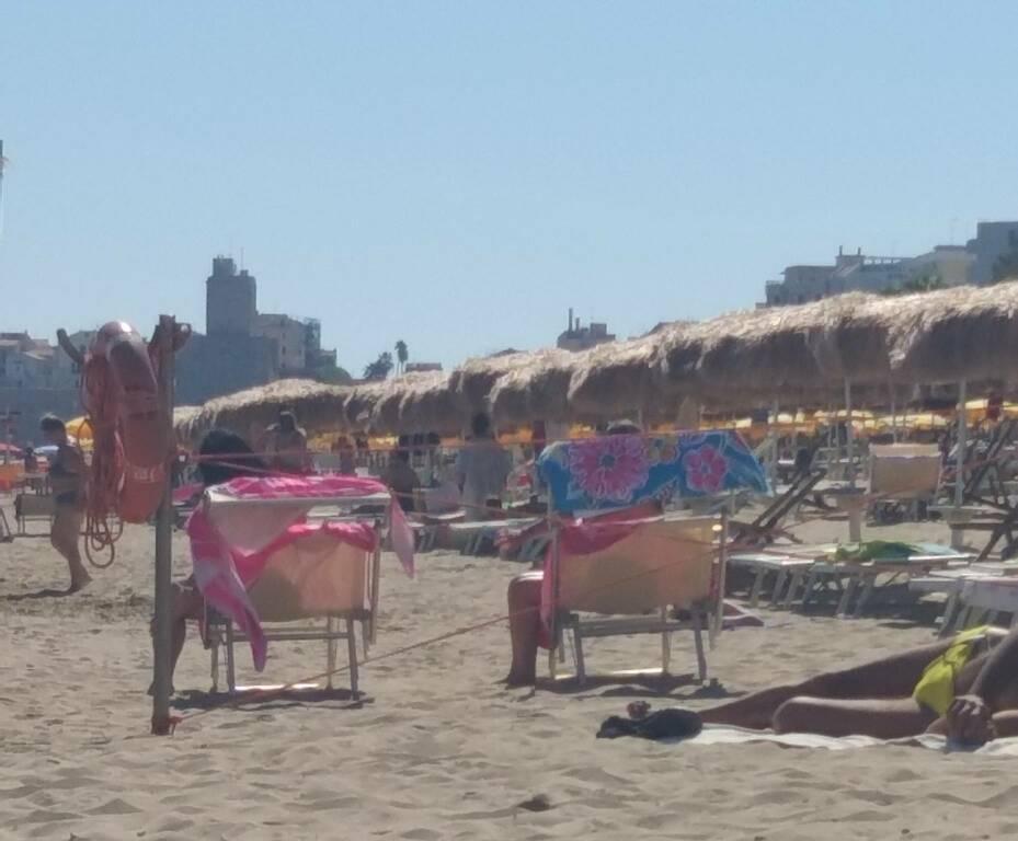 Spiaggia mare ombrelloni lettini