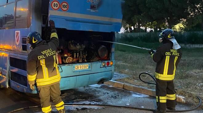 Autobus atm fiamme vigili del fuoco