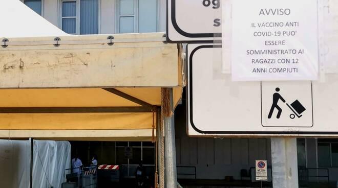 cartello vaccino 12enni ospedale croce rossa