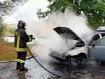 Auto incendiata vigili fuoco