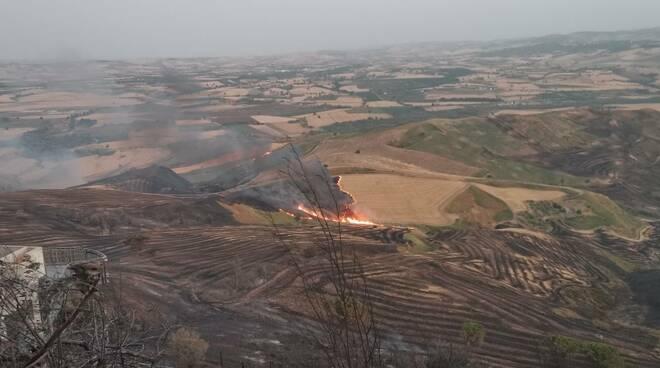 Incendio terra bruciata vallata fuoco terreno arso