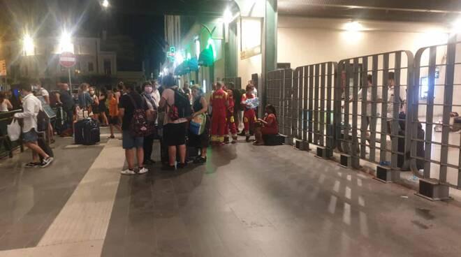 La macchina dei soccorsi dopo l'incendio di Campomarino passeggeri treno bloccato stazione di Termoli