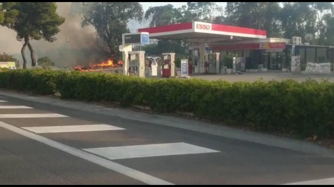 La macchina dei soccorsi dopo l'incendio di Campomarino fiamme al distributore Esso