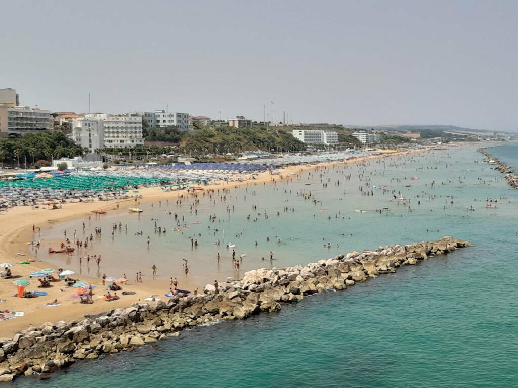 Spiaggia mare gente folla acqua